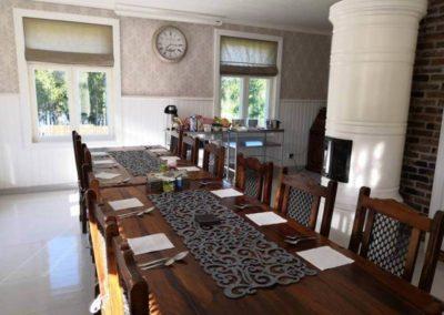 Kartanon salin pöydät